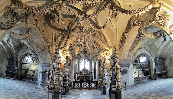 Interiøret i benkirken i Kutna Hora, Tsjekkia. Dekorert med hodeskaller og bein.