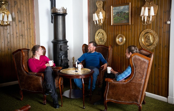Tre mennesker i en stue på Bygdin.