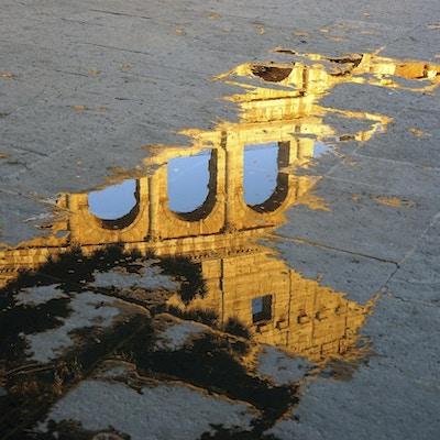Refleksjonen av Colosseum i en søle, Roma, Italia