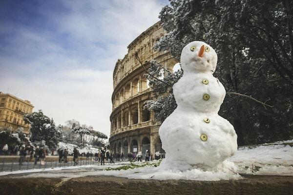 En snømann nær Colosseum etter en snøstorm i Roma.