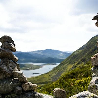 To varder og utsikt mot fjell.