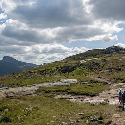 To turgåere i fjellet mot en topp.
