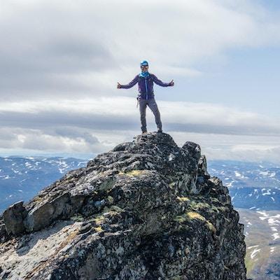 Turgåer på toppen av fjelltopp.