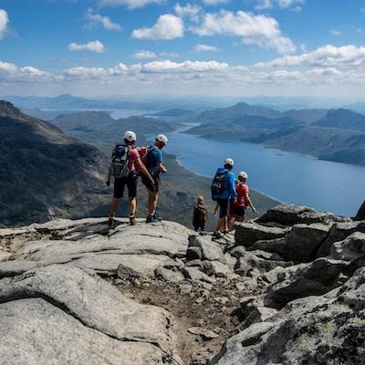 Turgåere på vei ned fra en fjelltopp.