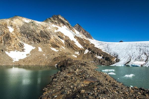 Utsikt mot fjell og isbre.