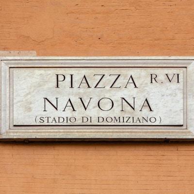 Marmortegn på Piazza Navona, Roma, Italia, også kjent som 'Stadio di Domiziano'. Det tradisjonelle skiltet er på en oransje colore vegg.