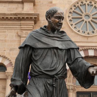 Fotografi av en statue av Saint Francis av Assisi ved Saint Francis basilikakatedralen, Santa Fe, New Mexico.
