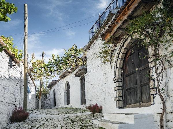 brosteinsbelagte gate i berat gamleby i albania