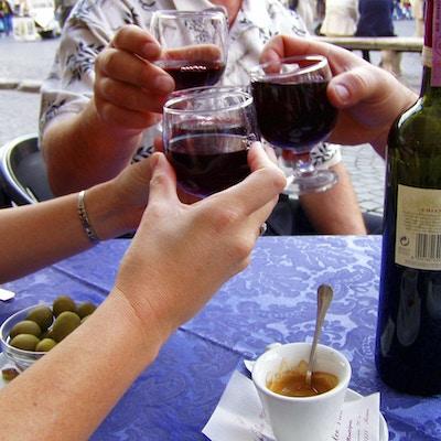 Tre personer som skåler med vinglass