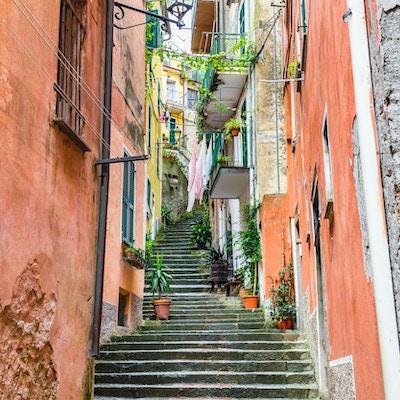 Smal gate og trapper i Monterosso, Cinque Terre, Italia