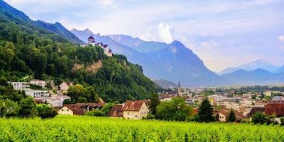 Vaduz by, panoramautsikt over hovedstaden i Liechtenstein med Alpene i bakgrunnen, Europa