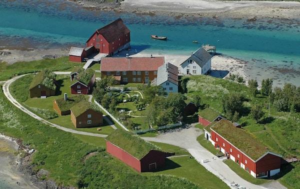 Kjerringøy er et unikt kulturmiljø fra 1800-tallet. 15 fredede bygninger med autentisk interiør ligger idyllisk til ved Kjerringøysundet.