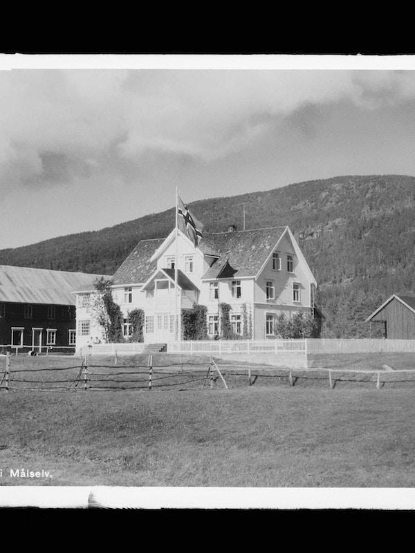 Historisk bilde av bygningene ved Rundhaug Gjestegård.