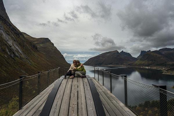 Bergsbotn utsiktspunkt på Senja med to damer.