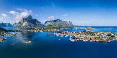 Naturskjønt luftfoto fra fiskerbyen Reine og fjordene rundt på Lofoten i Norge, kjent for sin fantastiske natur