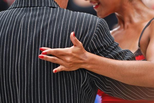 Et par som danser argentinsk tango - full av følelser og stramme, heftige beveleser.