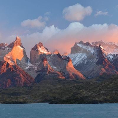 Mars, tidlig morgenutsikt over de chilenske Andesfjellene i Torres del Paine nasjonalpark, Chile. Denne delen av fjellene kalles Cuernos (horn) del Paine. Pehoe-sjøen i forgrunnen. Fargene var helt magiske og naturlige, det eneste filteret jeg brukte var polarisatoren, ingen fargeforbedring i Photoshop inkludert!