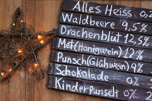 """""""Drikkemeny med alkoholholdige og alkoholfrie drinker på et tysk julemarked, kritt på tavler av tavler. Drikkevarer er, med alkoholinnholdet, topp til bunn, Alles Heis, en varm krydret drikke, Waldbeere, en vill, skogsfruktdrink , Drachenblut, en Herby Beer, Met Honigwein, en honningvin, Punsch Gluhwein, en varm gløgg, Schokolade, varm sjokolade, Kinder Punsch, en Multi Fruit Punch med krydder, for barn """""""