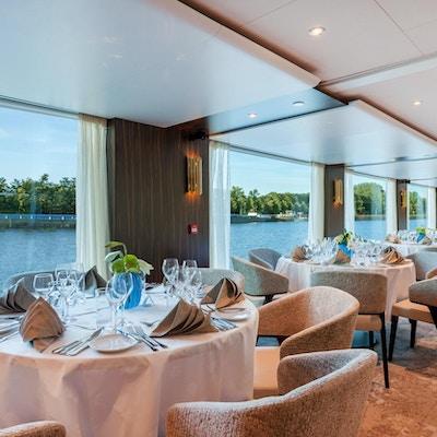 Resturant med nydelig utsikt på på elvecruiseskipet Amadeus Imperial