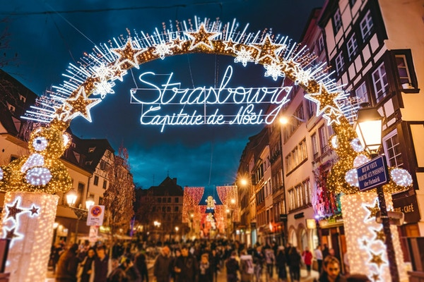Inngangsport til starten av den største handlegaten og sentrum av Strasbourg på juletider i Strasbourg - Alsace, Frankrike