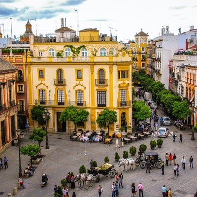"Plaza Del Triunfo i Sevilla, Spania med hustak og Santa Cruz-kirken i det fjerne. Hentet fra klokketårnet ""La Giralda"" i katedralen i Sevilla."