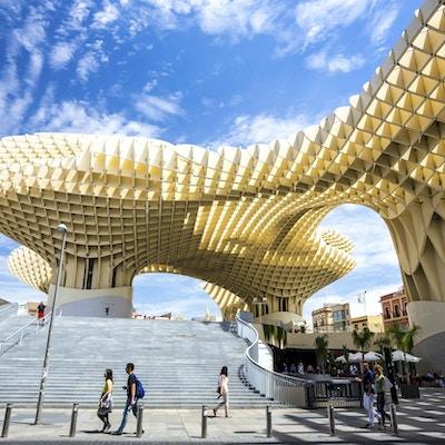 Metropol Parasol er den moderne arkitekturen på Plaza de la Encarnacion 5. juni 2014 i Sevilla, Spania. Den ble designet av den tyske arkitekten Jurgen Mayer-Hermann.