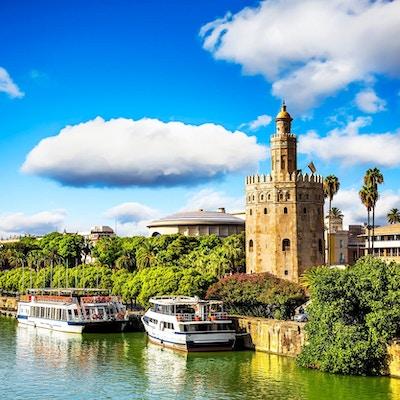 Båter langs elven Gualdalquivir i Sevilla.