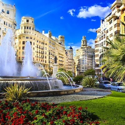 Hovedbytorget i Valencia, Plaza del Ayuntamiento i lyse ettermiddagsfarger, Spania.