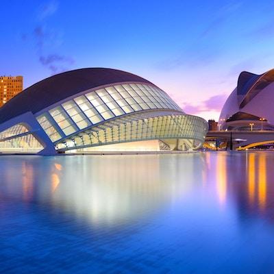Valencia, Spania - 31. juli 2016: Byen for kunst og vitenskap og dens refleksjon i vannet i skumringen. Dette komplekset av moderne bygninger ble designet av arkitekten Santiago Calatrava