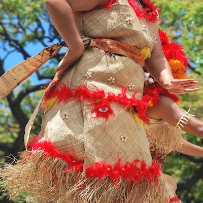 Kvinner som danser i lokal Fiji drakt