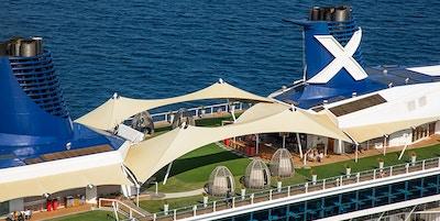 Toppdekket på cruiseskipet er dekket av ekte grønt gress
