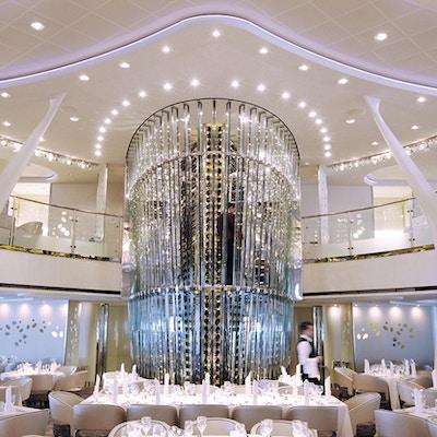 Den viktigste spisestuen med futuristisk design og hvite stoler