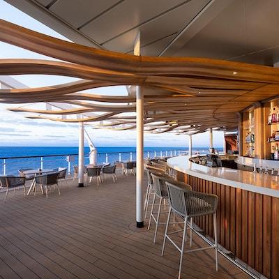 Nyt en forfriskning i Sunset Bar