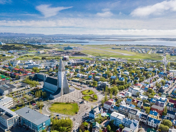Reykjavik, Island, med Hallgrimskirkja kirke. Flyfoto.
