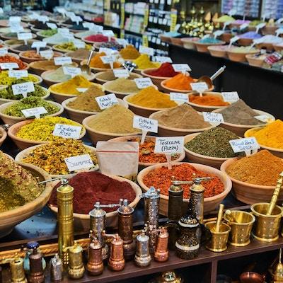 Ulike krydder i liten butikk i den gamle byen Jerusalem, Israel