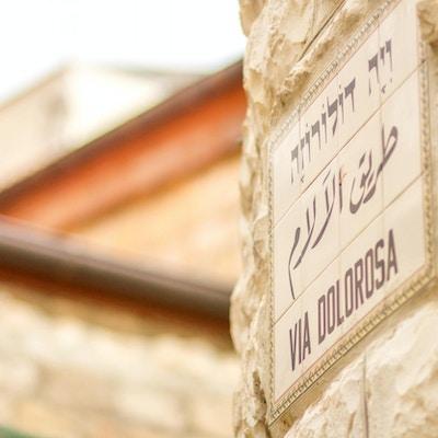 Et bilskiltbilde fra Via Dolorosa tatt i Jerusalems gamleby.