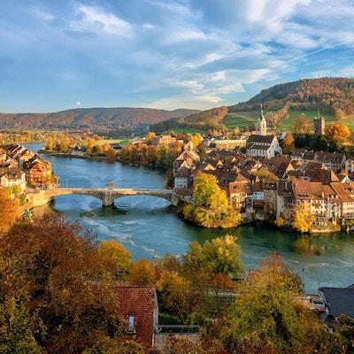 Laufenburg gamleby ved Rhinen er et populært dagsturmål rundt Basel, Sveits, ved den sveitsiske tyske grensen