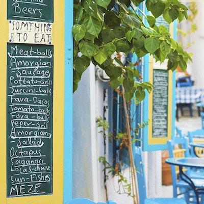 Plakat med meny utenfor taverna i Hellas.
