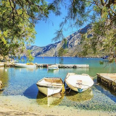 koselig liten havn, to båter fortøyd på vannet