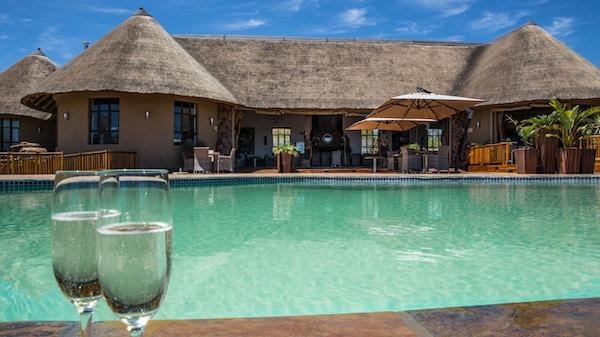 Ved bassenget på Sebatana Rhino Lodge