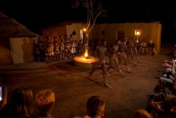 Afrikansk aften med danseoppvisning på Sebatana Rhino Lodge i Sør-Afrika
