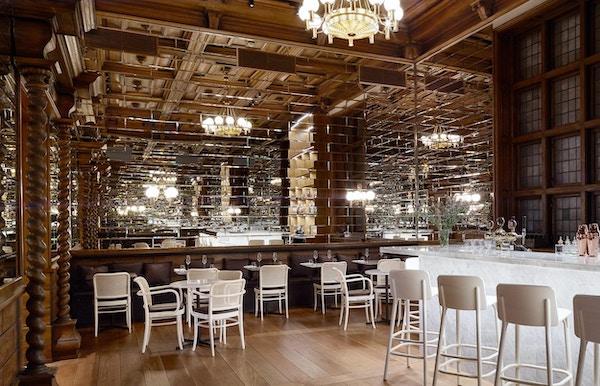 Restaurant med bar og bord.