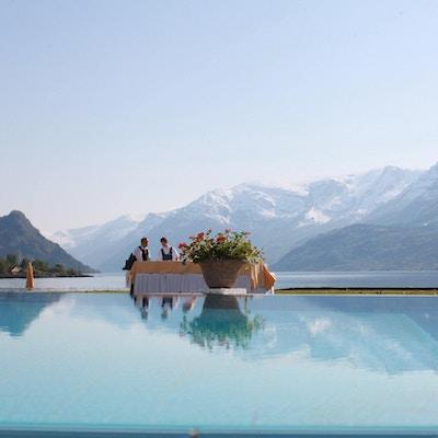 Svømmebasseng med fjord i bakgrunnen