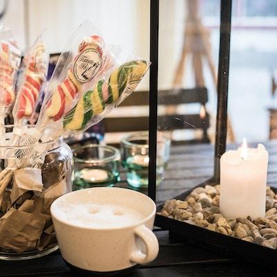 Søtsaker og kaffekopp på Fagernes Landhandel