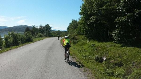 Syklister på vei på Senja.