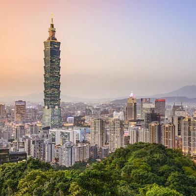Taipei, Taiwan byens skyline i skumringen.