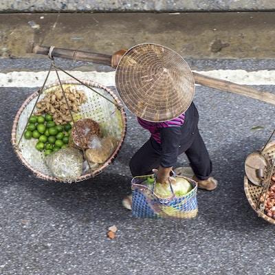 Uidentifiserte kvinner på detaljhandelsukkersand Nam Dinh, Vietnam 3. august 2015. Vietnam er fremdeles sandtransportert med primitive midler.