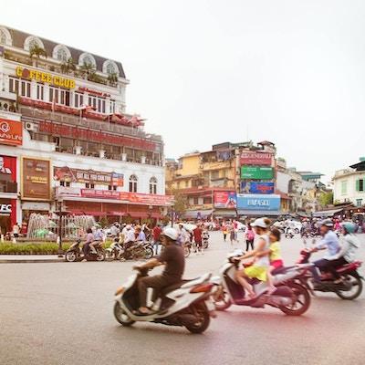 Rundkjøring med trafikk i Hanoi.