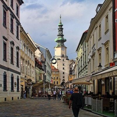 Brostensbelagte gater i gammel by