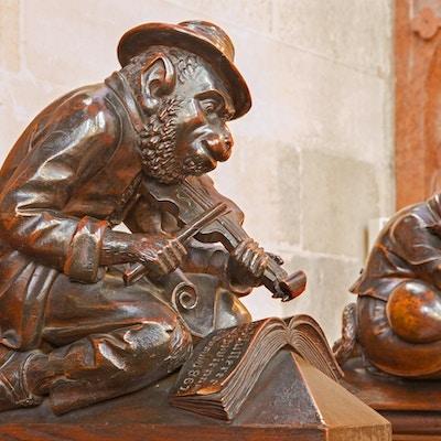 Bratislava - Ape med fiolinskulpturen fra benk i byrå i St. Matins katedral fra årene 1863 - 1878 fra fabrikker av Anton Furst en Johann Hutterer.